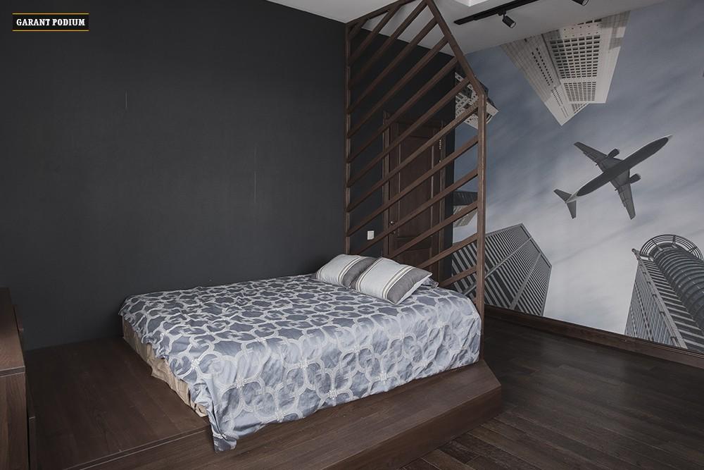 Подиум-кровать с реечной перегородкой