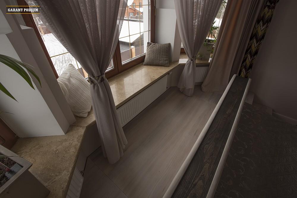 Подиум-кровать в эркерной комнате